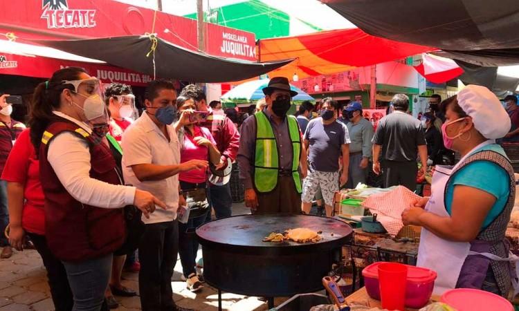 Clausuran puestos en mercado de Tehuacán, vendían sin cubrebocas y con basura en las calles