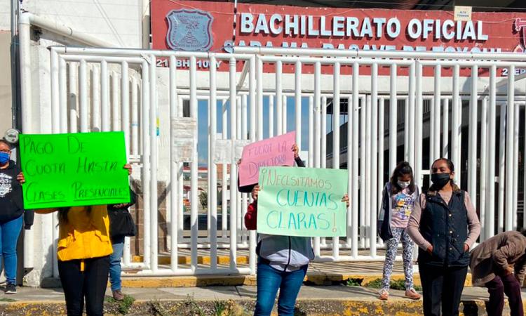 Bloquean padres de Familia Bachillerato Basave en Cholula, acusan cobro de cuotas