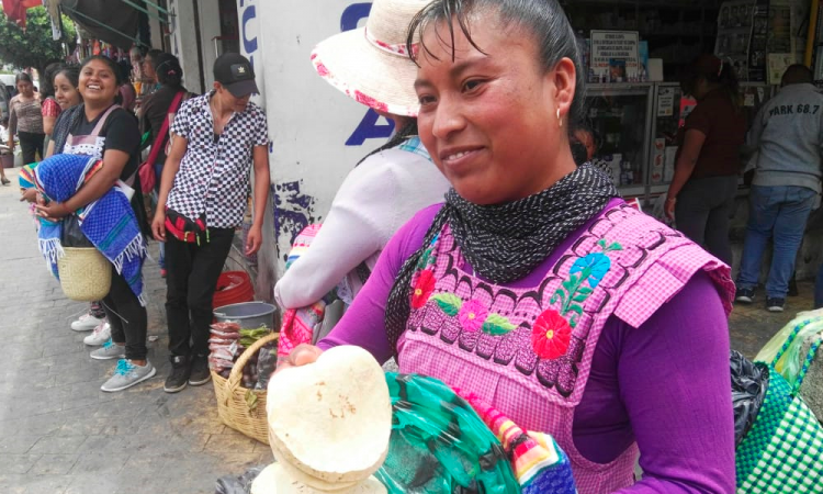 Realizarán documental de mujeres tortilleras de Santa María Coapan