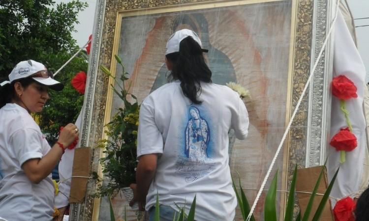 La Virgen Peregrina era recibida por muchas personas.