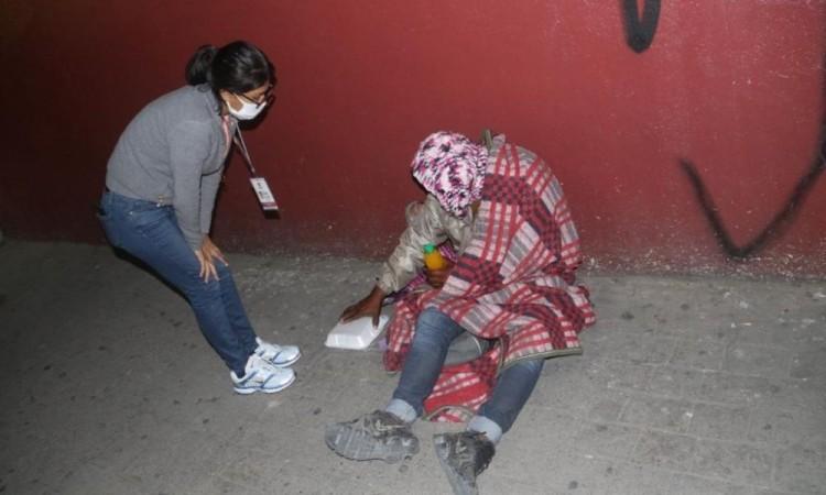 El personal del área de Desarrollo Social les brinda cobijas, ropa abrigadora y un refrigerio.