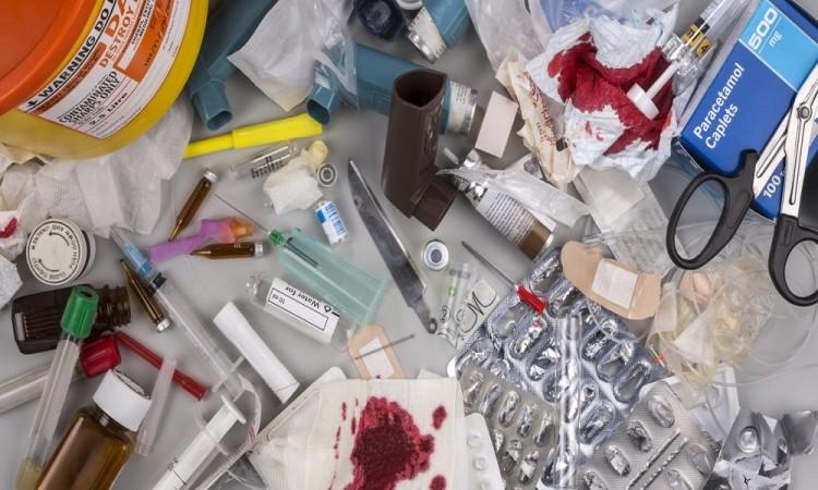 Tiran jeringas y muestras de sangre en Misiones de San Francisco