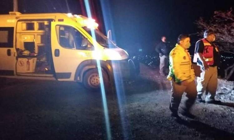 Volcadura deja un muerto y un herido en Coxcatlán