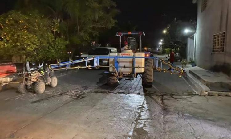 Izucarenses desinfectan sus calles ante omisión de sus autoridades por pandemia