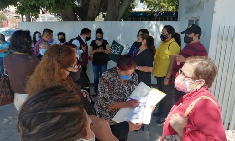 Protesta personal del COBAEP Tehuacán para pedir la destitución de directivos