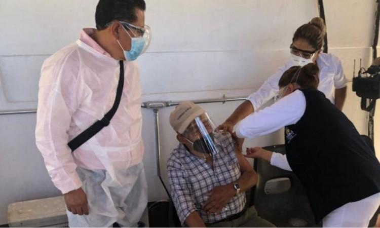 Con la esperanza por delante, arranca vacunación contra Covid-19 en Acatlán