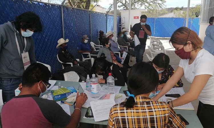 Tercer día de vacunación en Acatlán se lleva a cabo de manera fluida