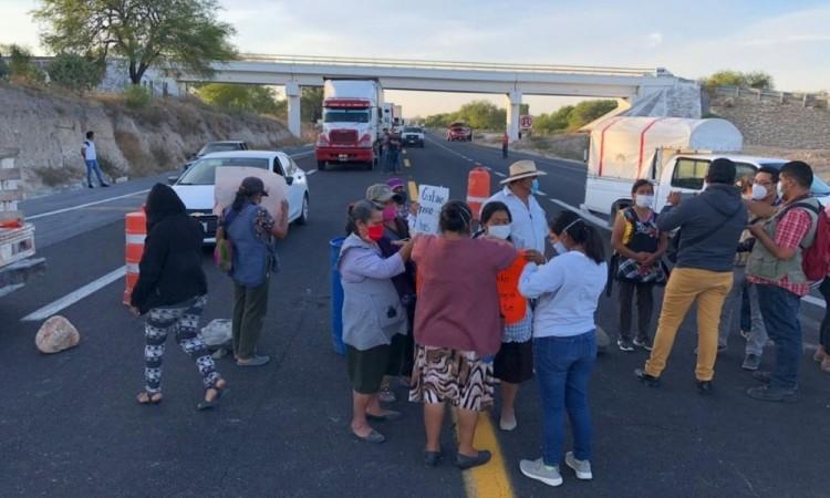 Pobladores de Santa María Coapan bloquean carretera Cuacnopalan-Oaxaca