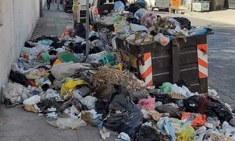 Falta de recolección provoca acumulación de basura en calles de Tehucán