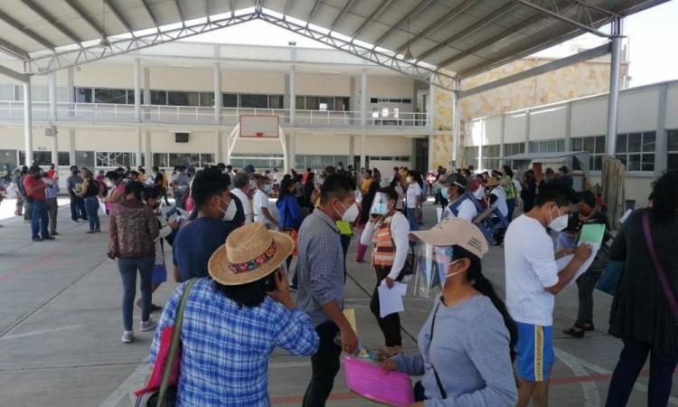 Reportan filas enormes durante pre-registro de vacuna anticovid en Tehuacán