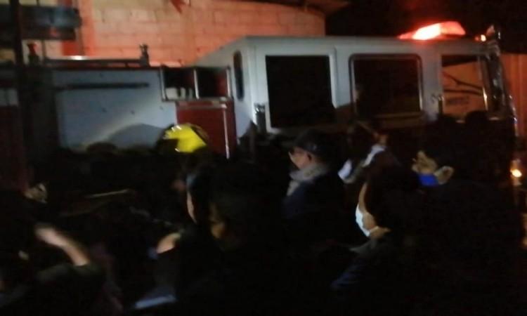 Pobladores de Zinacatepec agreden a bomberos por atender incendio de forma tardía