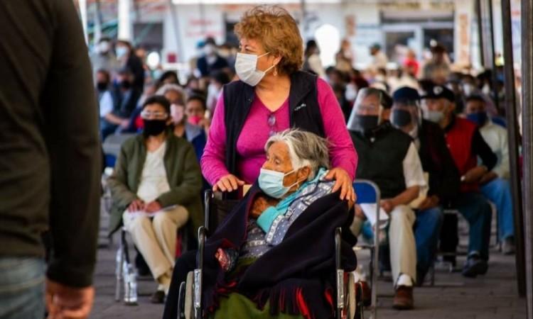 Con mariachi, así esperan vacunación antiCovid en Huejotzingo