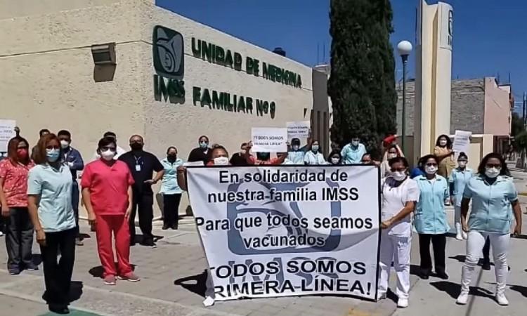Trabajadores del IMSS Tehuacán protestan para exigir aplicación de vacuna antiCovid
