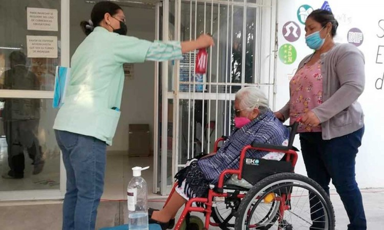 Abuelitos izucarenses reciben vacuna contra SARS-Cov-2