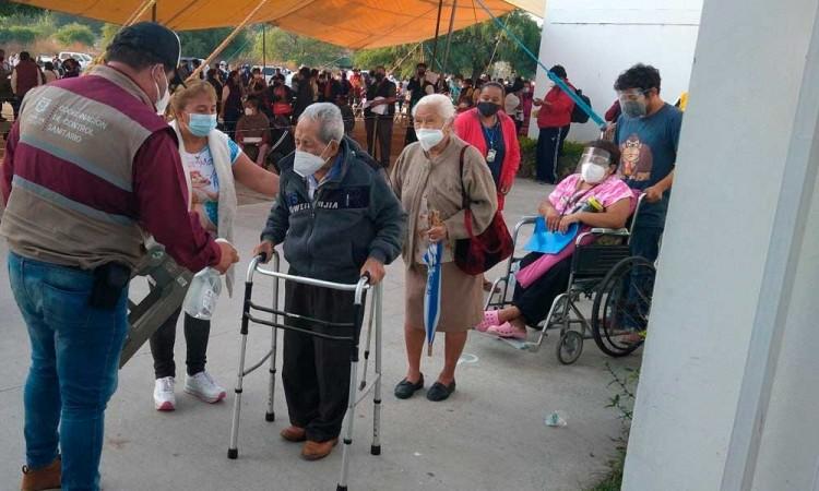Con baja afluencia de personas, dio inicio vacunación en Tehuacán para adultos de 50 a 59 años