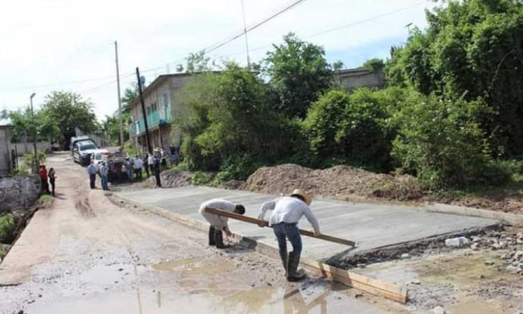 Entrega presidenta de Tecomatlán proyecto de obra en comunidad de Olomatlán