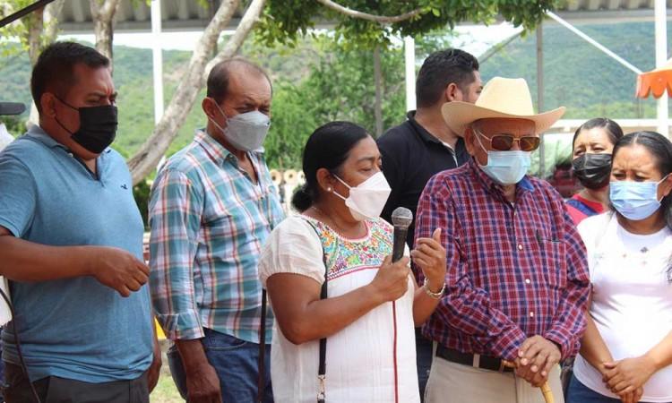 Presidenta de Tecomatlán entrega rehabilitación del kiosco en la comunidad de La Unión