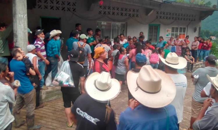 Reparten despensas para familias afectadas por lluvias en Sierra Norte