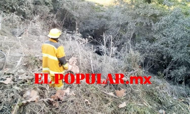 Muere chofer al volcar su camión hacia una barranca sobre la autopista México-Tuxpan 132D