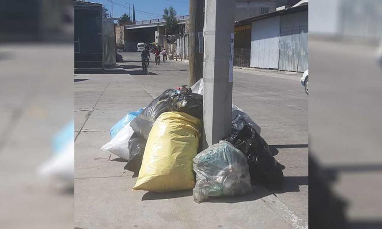 Vecinos de Texmelucan se quejan por basura que genera tianguis