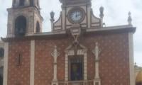 Fieles rezan desde afuera en la parroquia de San Martín