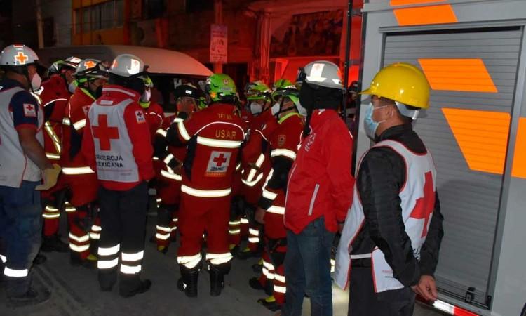 Rescatan al primer cuerpo de tres atrapados en el derrumbe de una construcción en Texmelucan