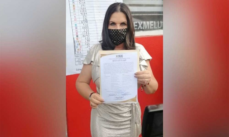 Norma Layón recibe constancia que la acredita como presidenta municipal de San Martín Texmelucan