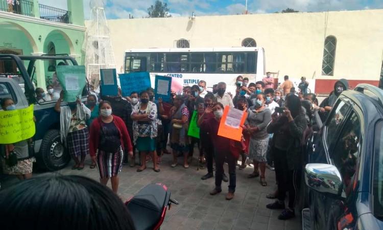 Locatarios de Zinacatepec exigen sacar a comerciantes foráneos del mercado