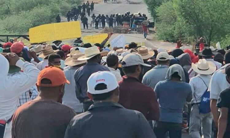 Bloquean carretera Tehuacán- Teotitlán por incumplimiento de obras públicas