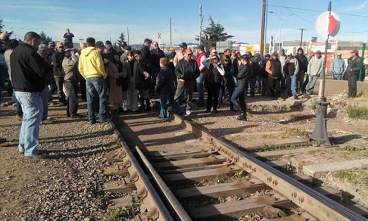 Bloquean vías de ferrocarril en protesta por el gasolinazo