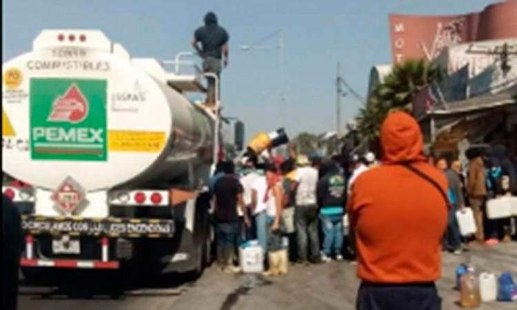 Saquean pipa de Pemex manifestantes en Ecatepec