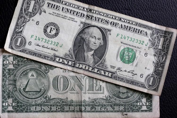 Avanza peso mientras dólar cae por políticas de Trump