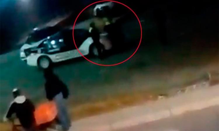 Video: Captan a policías en presunto robo a tienda Aurrerá