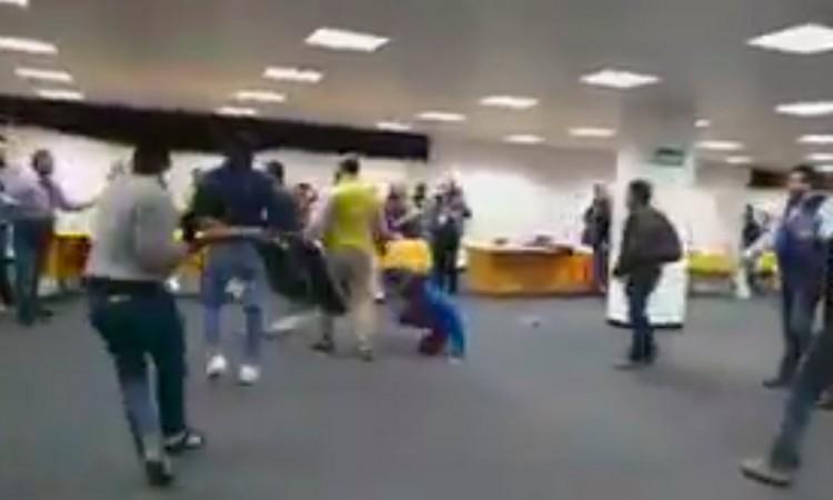 Video: Perredistas pelean con sillas por candidaturas