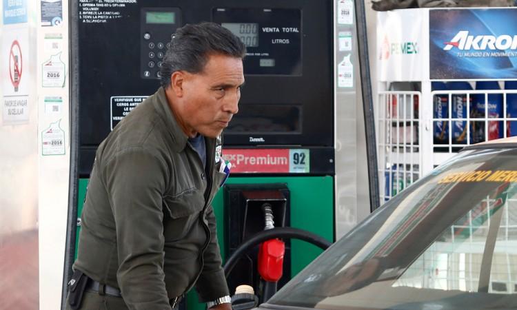 Escasez de gasolina en 9 estados; Pemex argumenta retraso