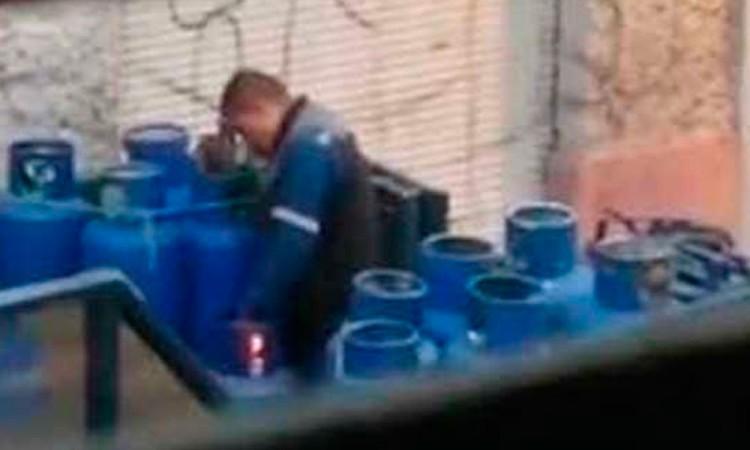 Vídeo: Trabajador sella tanques de gas con fuego