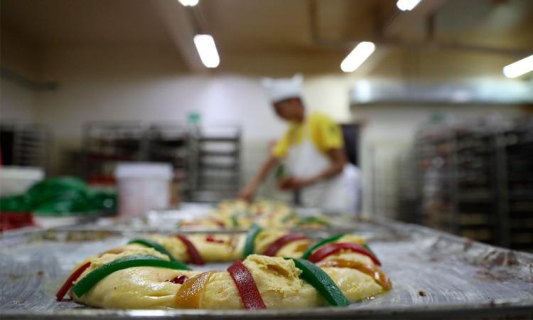 Panaderos mexicanos preservan receta de rosca de reyes tradicional