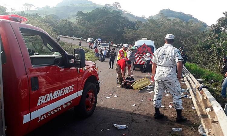 Un muerto y 81 heridos por volcadura en Veracruz