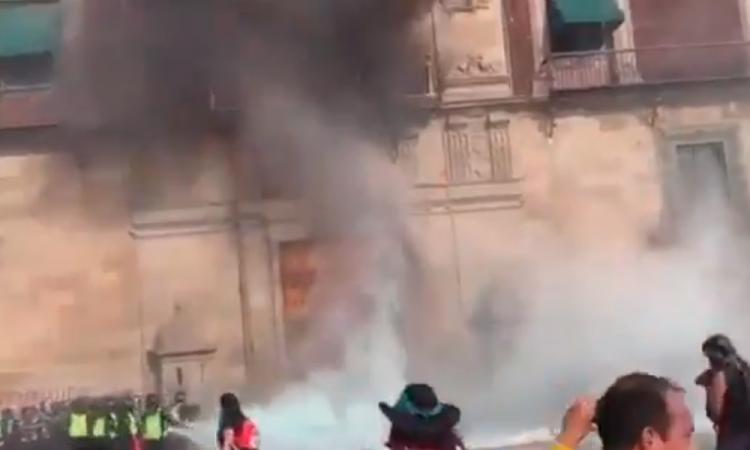 Lanzan bomba molotov en Palacio Nacional