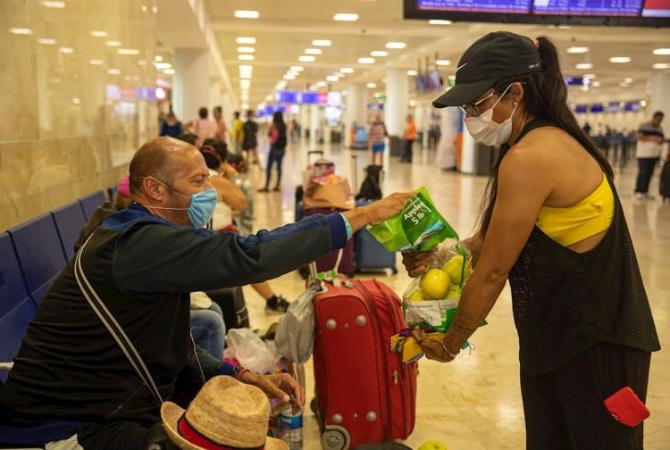 Llevan alimentos a turistas varados en Cancún