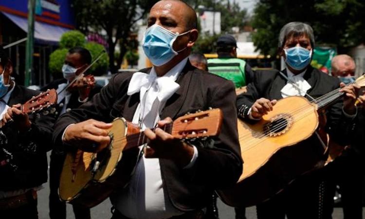 Mariachis animan a pacientes con COVID-19 en CDMX