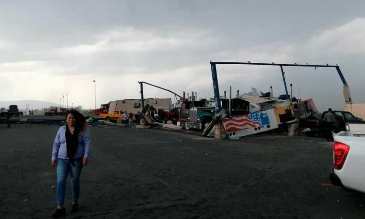 Video: Tornado en Apodaca deja daños en autos y casas