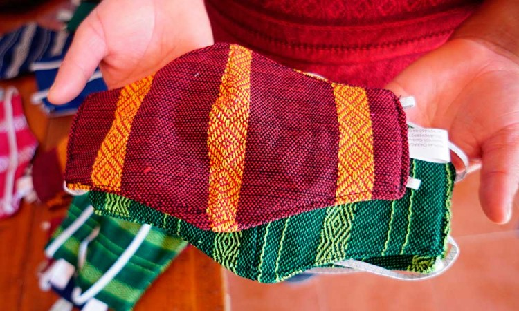 Tejedores de Oaxaca elaboran mascarillas con telas para huipiles
