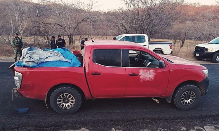 Dejan 12 cuerpos en una camioneta en Michoacán