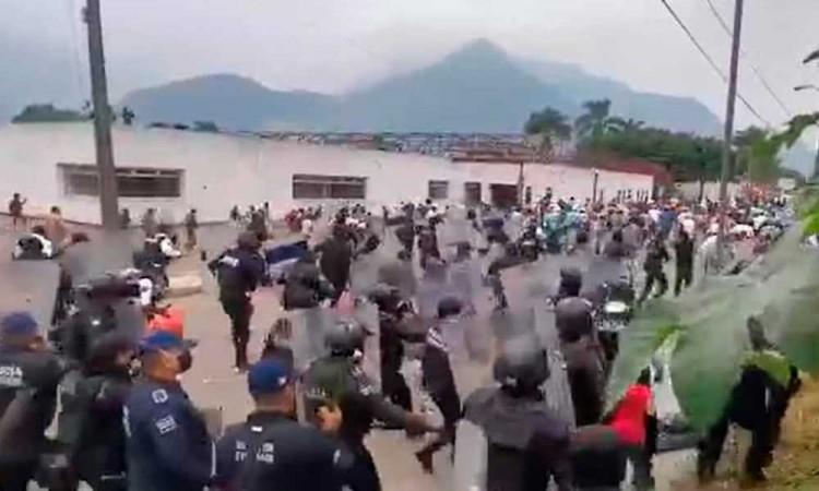 Reprime policía a campesinos en Veracruz