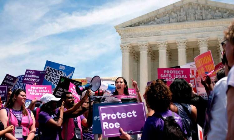 Trump avala que médicos nieguen abortos y a atender transexuales