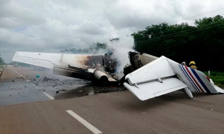 Presunto avión del narco se desploma e incendia en Quintana Roo