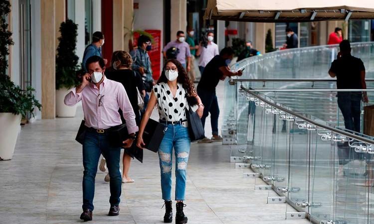 Hacen largas filas en apertura de centros comerciales en CDMX