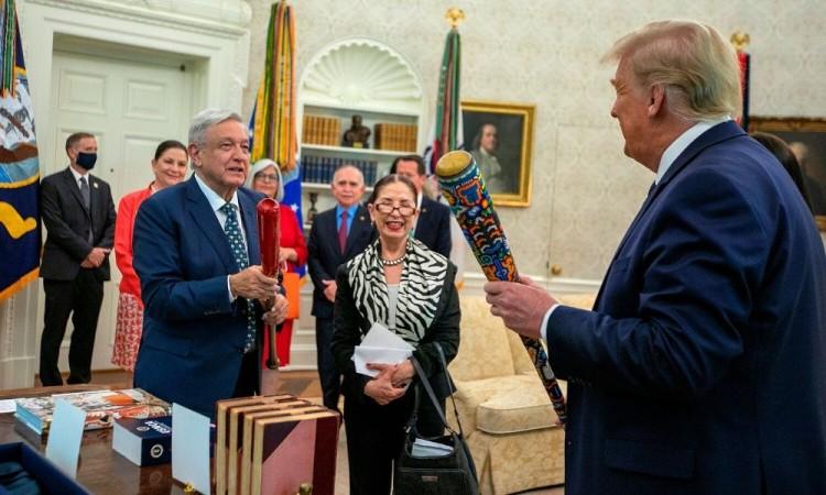 Trump y AMLO intercambian bates de béisbol de regalo