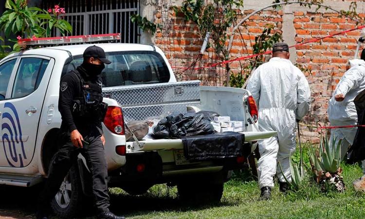 ¡El horror! Fiscalía de Jalisco desentierra 23 cuerpos de fosa clandestina